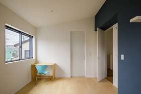 2階の洋室は天井を勾配天井にしています。アクセントでネイビーのクロスを使いました。