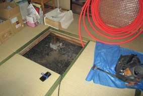 床下で配管作業