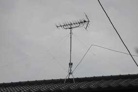 屋根でアンテナ作業