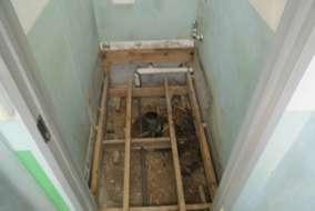 今回は古くなったトイレの交換のご依頼です、早速解体して行きます
