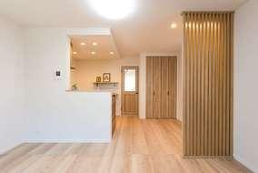 木材と2種類の照明で落ち着いた雰囲気になります。