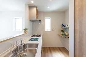 2階のキッチンは1階のお部屋よりも広くなっております。