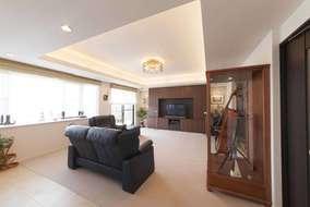 居室をLDKとつなげて開放感のある空間へ。天井に段差をつけ、間接照明をいれることでより広がりを。