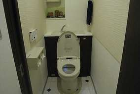 LIXIL(INAX・Pita)は、タンク部分が収納で隠れており、掃除道具も納まりスッキリ空間に。