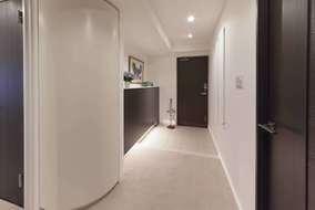 玄関に入ると、部屋からの光がスリットを通して入ります。Rの家具は、ゲストをリビングへと誘います。