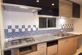 INAXタイル『雪華』の青と白のモザイクタイルは、リズムカルなデザインでデザインしました。