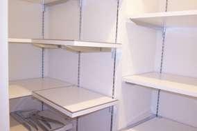 キッチンのパントリー:可動式棚にすることで入れたいモノの大きさに合わせられるので収納力がUPします。