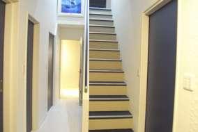 玄関を入ると、クリスチャン・ラッセンの作品がお出迎えです。建具は、AICA K-6613KN色/青色