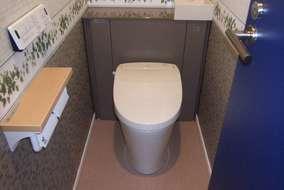 トイレ:収納付きトイレ/LIXILリフォレI型は、空間をスッキリと見せ、埃の溜まる奥のお掃除も楽に。
