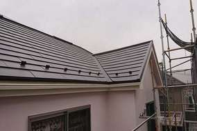 施工後 コロニアル屋根にガルバリウム鋼板のカバー工法