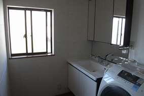 洗面化粧台(LIXIL:ルミシス)は、収納が充実しており、ミラー部分も広いのでスッキリしています。