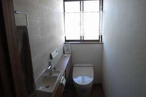 トイレ(INAX:サティスS)は、コンパクトで見た目もスマートなので、お洒落空間を演出してくれます。