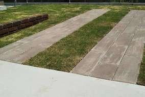 木調の敷材を使用した駐車スペース