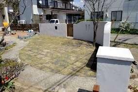老朽化していたウッドフェンスの張替え、既存の門袖塗り直しで新しいお庭に生まれ変わりました。