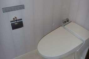 トイレ施工後 隅付タンクからタンクレスにして、床や壁もリフォームし印象がずいぶん変わりました。