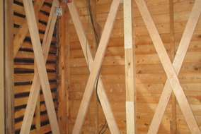 解析結果から押入れの壁を強度を上げるための筋交い 補強工事中。