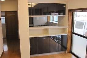 キッチンダイニング側から キッチンの位置をかえ対面式にしました。ダイニング側からの収納も付けました。