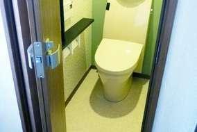 2つ折りのドアにして、スペースを節約。出入りも楽にできます。