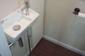 施工後 タンクレストイレにしたので、手洗器も設置できました。