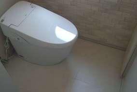 施工後 壁の一部にエコカラットを貼り、悪臭の原因物質を吸収してトイレの空気がすっきり!!