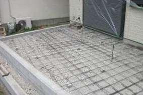 施工中 テラスは鉄筋を組みしっかりとした基礎を造りました。