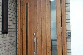 天然素材の味わいのある木目調ドアで玄関の表情が明るくなりました。