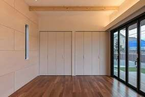 床はケンパスの床材。 壁の一部は、シナ材を張りアクセントを!!!