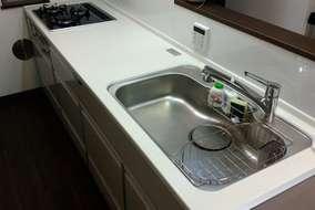 キッチン表面・パネル・キャビネットの中もホーローなので、水や熱にも強く、お掃除も簡単です。