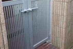 門扉はシンプルかつシャープなデザインに。