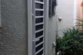 採風ドア。風を採り込んで夏の熱気や湿気などもすっきり。風は通しても防犯性には配慮してあります。