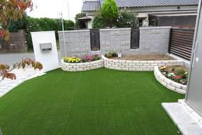 施工後の状態です。ブロック塀の後ろに花壇を設置し室内からは緑が溢れる庭にしました。