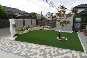 横からになります。シンボルツリーはヤマボウシを植えました。根本廻りは御影石ピンコロで囲った円形花壇に