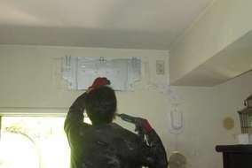 旧エアコンを撤去後新エアコンの取り付け板をつけてます