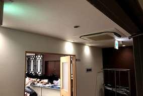 右上の天井カセット形エアコンは4方向に風が吹出します。 その内の2方向を奥の美術室へ風を送ります。