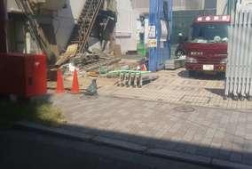 建物に隣接していた設備塔、鉄骨階段も解体します。