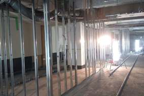 界壁の部分。 スラブからスラブまでを間仕切ります。 同時に給排水・ガスの配管工事も行います。
