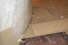 束を建て、パーティクルボードを貼り、その上にベニヤを貼ります。 Rの付いた部分もお見事です。