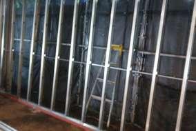 外壁部も鉄骨の土台を敷き下地を建てます。