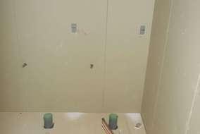 壁材を貼っていきます。 事前に切り回した配管を出します。