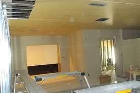 天井を貼っています。 日に日に部屋に仕上がっていくのがわかります。