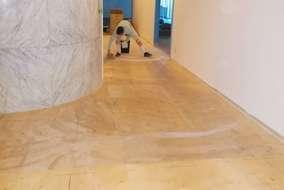 床の掃き掃除をして、接着剤を塗布します。