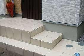 玄関前のアプローチ階段も生活動線を考えて造作しました。