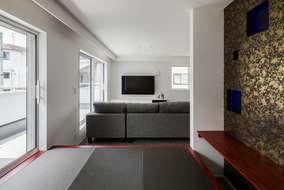 小上がりの和室からのリビング風景。窓上部に見える下がり壁は間接照明兼カーテンBOXになります。