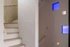 廊下に入れた青色・黄色・白いガラスはベネチュアガラスになります。オンリーワンの素材を提案しました。