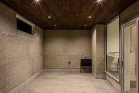 こだわりの車庫は天井は無垢材 壁にはセメント板 他にはないオリジナル。車庫内の手洗いもこだわりました