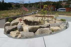 出入り口の石組と植栽です。