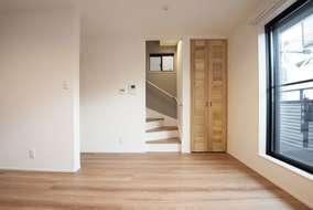 リビングになります。 室内建具は全て桐の無垢材の扉になります。