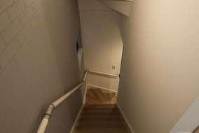 階段は1面にポイントクロスを張っています。