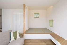 1階のリビングには一段上がったところが畳部屋となっております。畳の下は収納になっています。