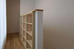 2階の廊下の手すりは本棚としても使える手すり棚にしています。大工さん造作のオリジナルです。